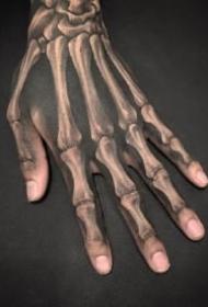 逼真3d效果的手背骷髅骨骼纹身作品