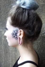 耳朵旁边的漂亮小黑色梵花纹身作品