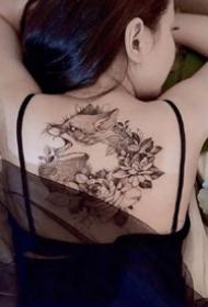 一组女生性感背部纹身图