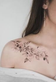 黑灰色调颜色比较素雅的女生纹身