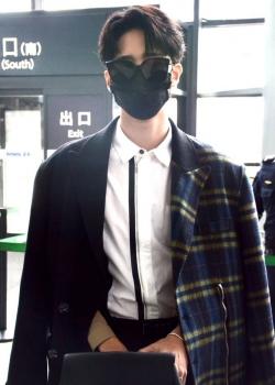 R1SE赵让拼接大衣时尚帅气机场照图片
