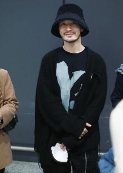 黄晓明黑外套时髦帅气机场照图片