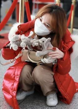 金莎红羽绒服甜美可爱机场照图片