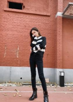 李沐宸黑白毛衣甜酷写真图片