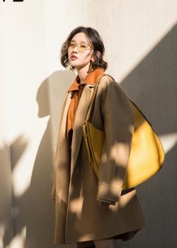 唐艺昕驼色大衣时尚写真图片
