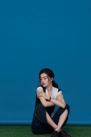 文咏珊静坐于草地优雅又娇俏写真