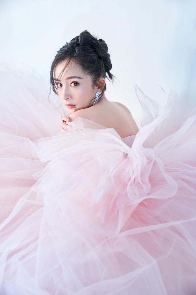 杨幂粉色抹胸纱裙仙气飘