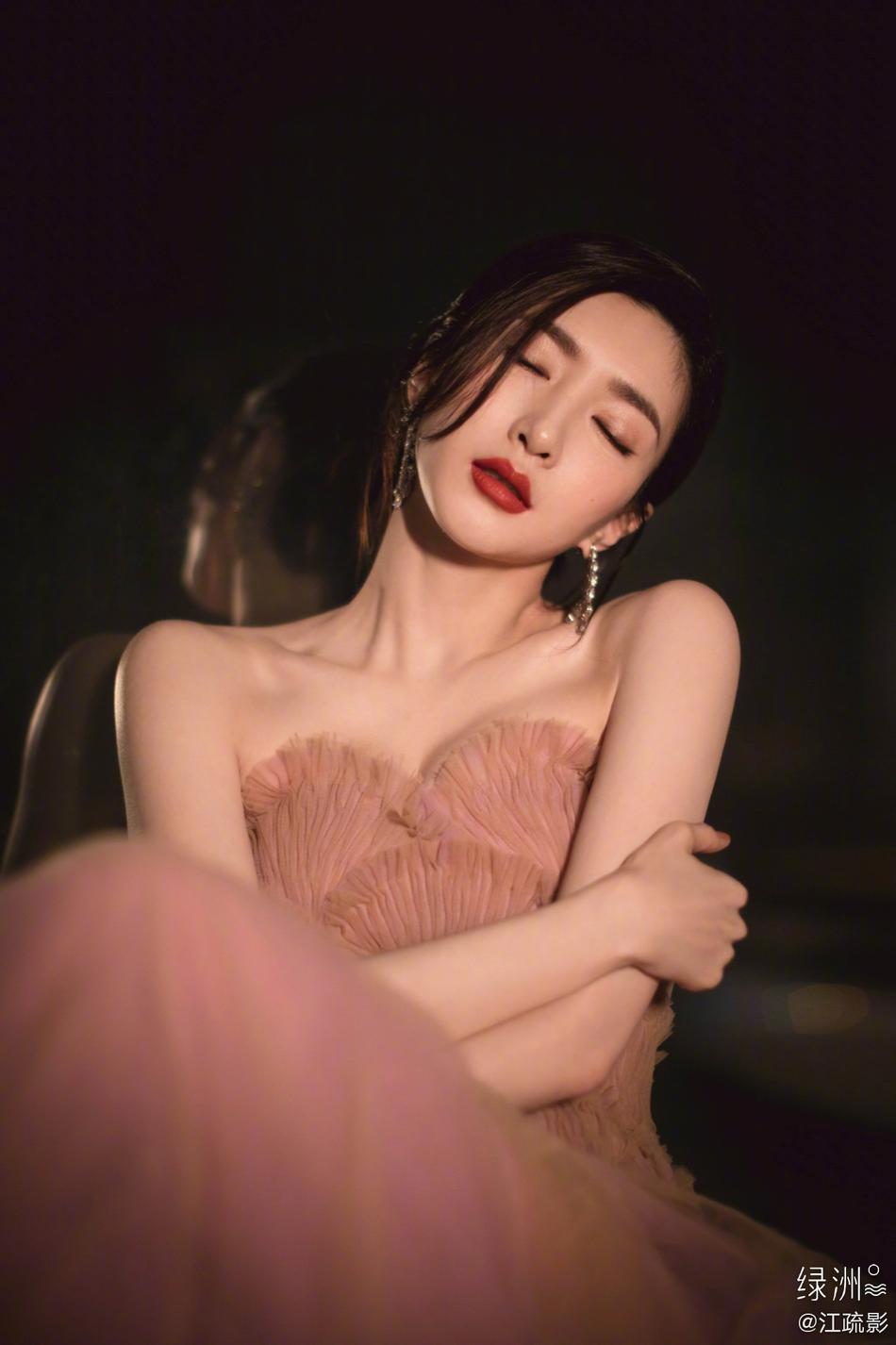 江疏影藕粉色纱裙大秀肩