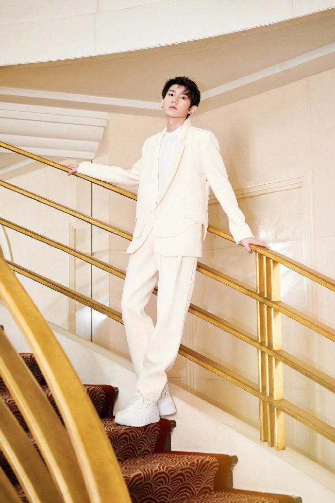 王源奶油色白西装贵气十