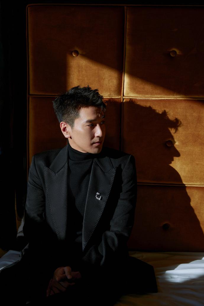 赵又廷黑色西装尽显绅士风度写真