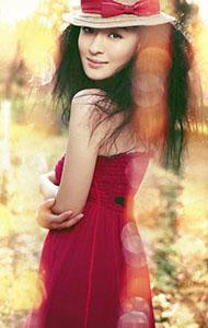 于越红色露背裙写真 夕阳下仙气十足