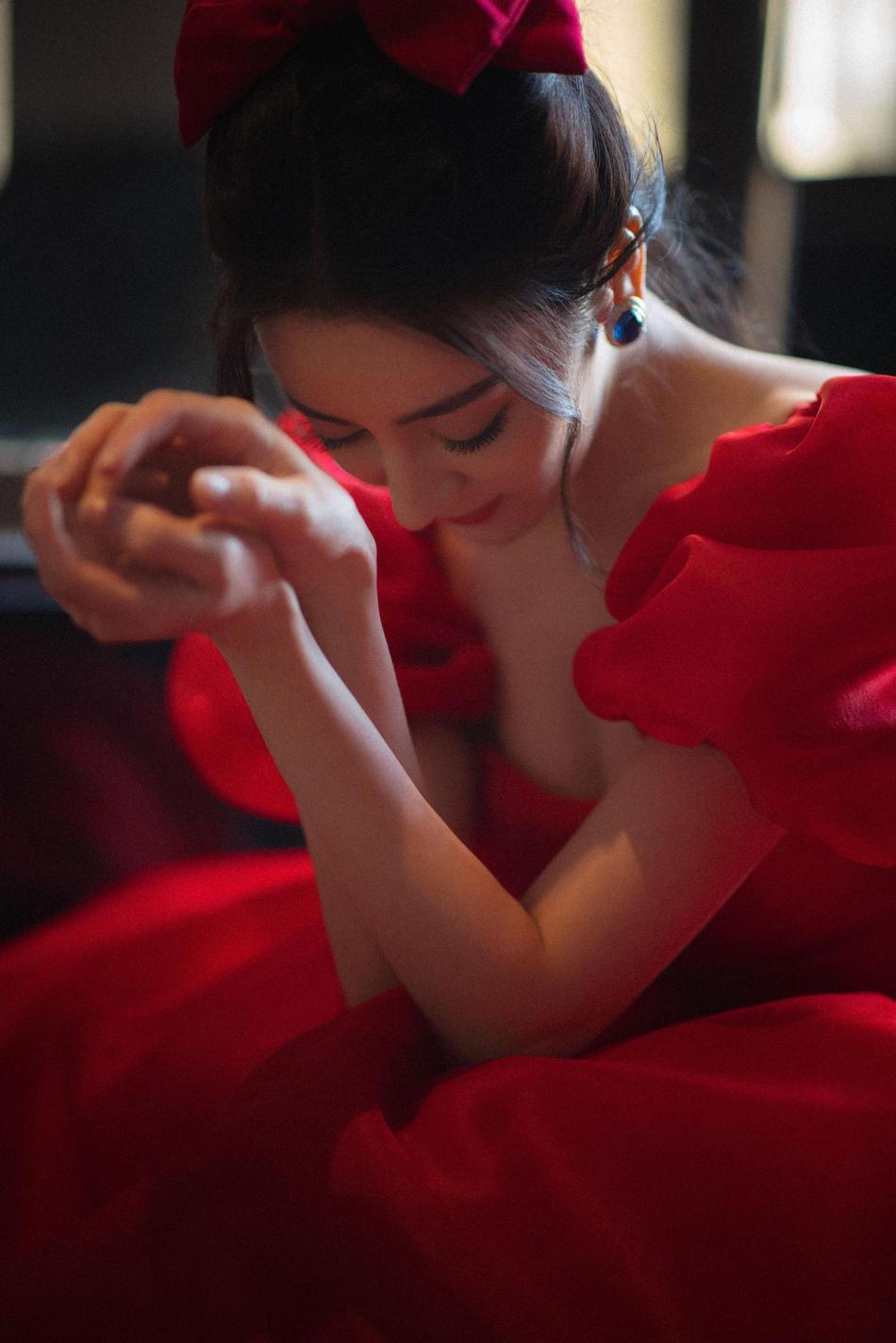 迪丽热巴红色长裙美艳动人写真
