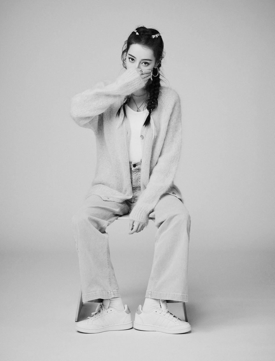 迪丽热巴黑白光影高级时尚写真