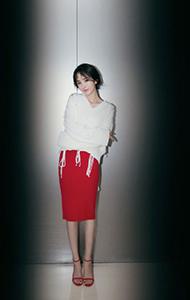 杨幂白毛衣搭红裙图片 尽显文艺气质