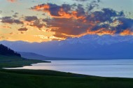 新疆赛里木湖畔风景图片(6张)