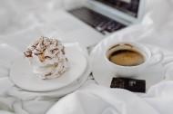 摆放在床上的咖啡和甜品图片(12张)