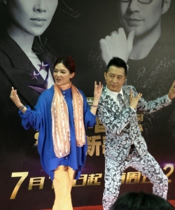 中国新歌声哈林老师助阵导师范晓萱图片