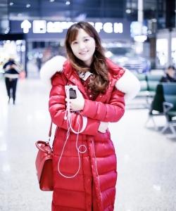 金莎红色羽绒服机场甜美写真图片