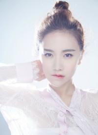 李春嫒唯美写真白皙皮肤似瓷娃娃