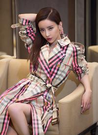 刘凡菲穿格纹巴宝莉风衣性感图片欣赏