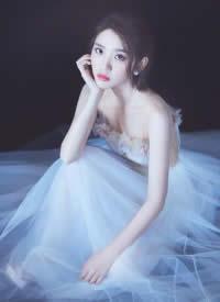 身穿长裙的唐艺昕优雅又迷人