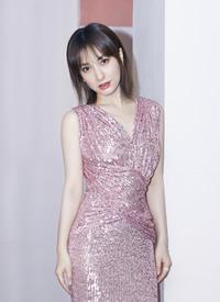 吴昕粉色亮片裙优雅写真图片