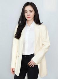杨幂白色西装时尚干练写真图片