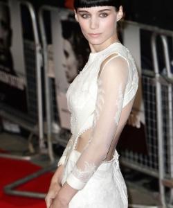 鲁妮·玛拉束白裙发红毯写真