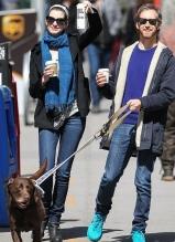 安妮·海瑟薇与老公恩爱遛狗