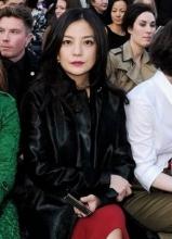 赵薇现身伦敦时装秀 红唇黑大衣显贵气