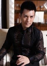 严宽镂空蕾丝衬衫写真 尽显性感优雅型男魅力