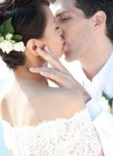梁咏琪与老公甜蜜拥吻婚纱照