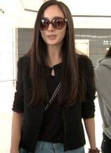杨幂时尚装扮现身香港机场 裤链没拉显尴尬