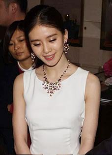 刘诗诗亮相性感露背 笑容甜美频遭老外偷瞄
