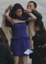 刘亦菲蓝色短裙亮相露肩 众人伺候显大牌