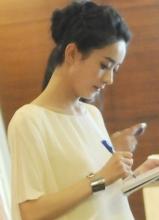 赵丽颖白裙现身酒店 给粉丝签名显亲切
