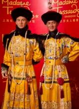吴奇隆龙袍造型入驻蜡像馆 四爷真假难辨