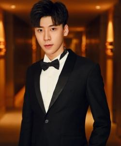 王博文黑色西装帅气写真高清图片