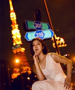 赵奕欢日本街头性感写真图片