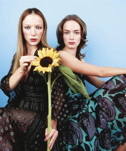 艾米莉·布朗特性感姐妹花时尚写真