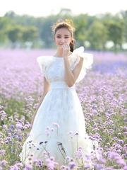 刘雨欣漫游花海似公主 仙范儿爆棚
