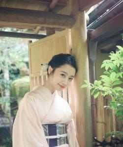 龙政璇和服装扮甜美写真图片