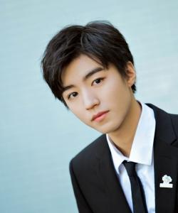 王俊凯帅气迷人西装写真图片