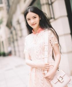 张芷溪清新甜美街拍图片