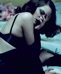 玛丽昂·歌迪亚露背装性感图片