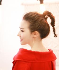 陈语安红款风衣甜美微笑写真图片  陈语安图片