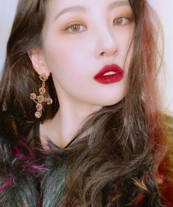 李宣美妩媚红唇自拍照图片