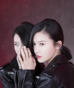 杨子姗干练率性时尚写真图片