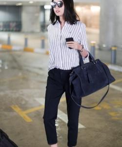 时尚辣妈张梓琳机场条纹衬衫写真