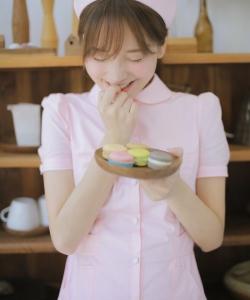 金莎粉色护士装甜美写真图片